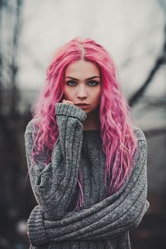 Maria is Marlon's twin sister. She is a meek and largely unassertive art nerd who learns to be a powerful and authoritative individual with the help of Echo. She has wavy, pink hair that goes long down to her chest, green eyes and pale skin. Scene Girls, Female Character Inspiration, Coloured Hair, Pastel Hair, Bright Pink Hair, Kawaii, Crazy Hair, Rainbow Hair, Poses