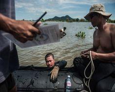 Αυτό το ψάρεμα είναι λίγο.. διαφορετικό: Οι δύτες - ναρκαλιευτές που ρισκάρουν την ζωή τους στα απύθμενα ύδατα της Καμπότζης - Προπαγάνδα Fish, Sports, Hs Sports, Excercise, Sport, Exercise, Ichthys