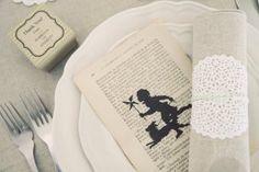 Книжная свадьба: бонбоньерки, черные фигурки, книжное меню, кружевыне салфетки для приборов фото