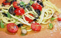 Faux-spaghettis de zucchini cru aux tomates et au romarin sur Wikibouffe