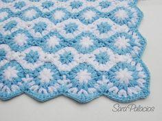 Otra mantita suave y esponjosa en punto puff. Es tan acolchada que podria usarse en el piso como manta de juegos para el bebe.