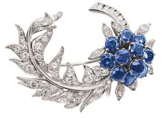 A highquality sapphire diamond brooch    18 ct. white gold. Flower shaped brooch…