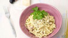Pasta Carbonara on herkullinen ja nopeatekoinen arkiruoka. Perinteinen Carbonara valmistetaan pekonista, mutta voit halutessasi lisätä joukkoon myös kinkkusuikaleita.