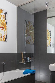 8 mm dicke Festverglasung aus Einscheibensicherheitsglas - wandseitig in einem U-Profil / deckenseitig in einem Klemmprofil gehalten / auf dem Badewannenrand nur mit Silikon. Divider, Bathtub, Bathroom, Interior, Furniture, Home Decor, Profile, Tub, Glass