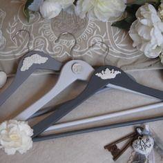 Lot de 3 cintres en bois patiné gris gustavien, modèle couronne royale avec aile d'ange et médaillon ciselé patinés