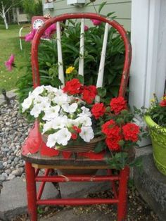 Article (and many pictured examples) on turning old chairs into beautiful flower. - Article (and many pictured examples) on turning old chairs into beautiful flower beds and planters - Petunias, Chair Planter, Red Geraniums, Fall Planters, Flower Planters, Container Gardening Vegetables, Old Chairs, Country Crafts, Container Flowers
