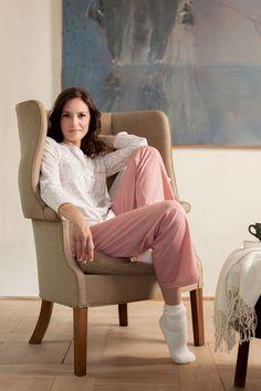 Perlina: Classy én comfortabel in deze zachte damespyjama met oog voor detail.