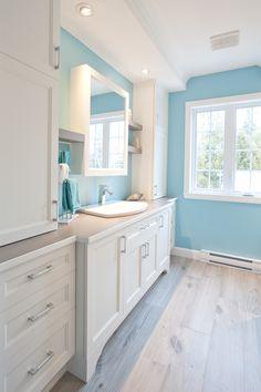 31 Brilliant Bathroom Lighting Ideas That Will Be Trends in 2019 Modern Sink, Modern Shower, Bathroom Colors, White Bathroom, Vanity Bathroom, Light Wood Cabinets, Custom Vanity, Beach Bathrooms, Black Walls