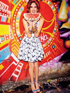 A top Alessandra Ambrosio foi ao Rio de Janeiro para fotografar um editorial para edição de setembro da Vogue Brasil. Desta vez, o cenário escolhido foi o