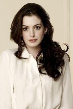 Anne Hathaway nos enseña como un color parejo nunca es aburrido