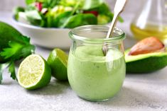 Avocado-lovers, meet your new favorite salad dressing. This creamy, avocado dressing coats every bite of salad with the flavor of rich avocado. Goddess Dressing Recipe, Ranch Dressing Recipe, Green Goddess Dressing, Keto Avocado, Avocado Dip, Mayo Vegan, Cucumber Dressing, Cilantro Dressing, Fodmap Recipes