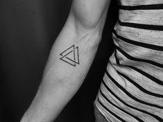 tatouage géométrique homme avant-bras triangles #tatouages #tattoo