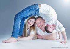 photo studio lichtichtecht, erzgebirge photograph, family photos ideas, family photos with a differe Family Portrait Poses, Family Picture Poses, Family Posing, Family Pictures, Baby Pictures, Baby Photos, Family Of 4, Fall Family, Outdoor Fotografie