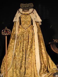 Elizabeth (movie) : Replica of Queen Elizabeth I coronation gown Vintage Outfits, Vintage Gowns, Vintage Mode, Vintage Fashion, Victorian Dresses, Elizabethan Costume, Elizabethan Fashion, Tudor Fashion, Elizabeth I