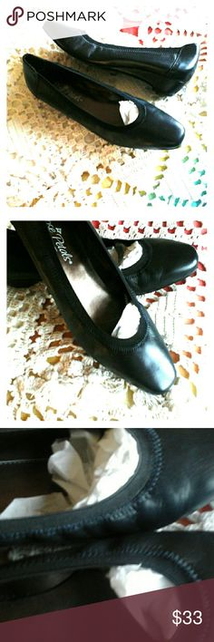 ROSE PETALS BLACK LEATHER SHOES, SZ 7N NARROW Brand New,  Low Heel,  Size   7 NARROW Shoes Flats & Loafers