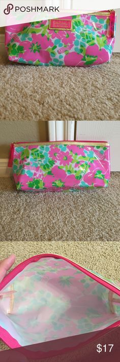 Lilly Pulitzer makeup bag patterned makeup bag by Lilly Pulitzer. great condition, hardly used!! Lilly Pulitzer Bags Cosmetic Bags & Cases