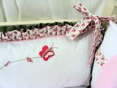 Detalhe do protetor de berço fetio pela Costurarte, com as asinhas da borboleta soltinhas...Bordados em rococó feitos à mão...