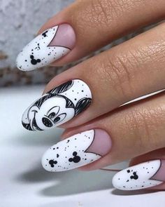 These nails nod to vintage Disney animation with their black-and-white, sketched look. Get inspired to make true Mickey Mouse nail art with these magical designs. Edgy Nails, Pointy Nails, Grunge Nails, Funky Nails, Classy Nails, Cute Nails, Coffin Nails, Cute Halloween Nails, Halloween Acrylic Nails