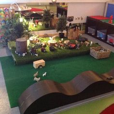 That road is so cool! We must build one. Love the animals small world play too. Play Spaces, Learning Spaces, Learning Environments, Childcare Environments, Preschool Rooms, Preschool Classroom, In Kindergarten, Reggio Emilia Preschool, Reggio Emilia Classroom