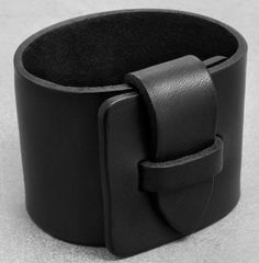 Simple leather bracelet in Scandinavian design!