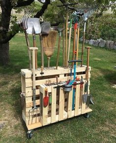 Gardening tools organize pallet trucks with roll # garden tools - Diy Garden Projects Garden Tool Organization, Garden Tool Storage, Outdoor Tool Storage, Pvc Storage, Workbench Organization, Pallet Storage, Workbench Ideas, Garage Storage, Organization Ideas