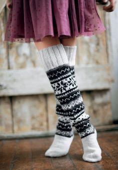 Akkurat nå ønsker vi oss et par nye, tykke og varme knestrømper. Disse syns vi var midt i blinken! Kombinasjonen sort, hvitt, grått kan brukes til nesten alt, så de er svært anvendelige.