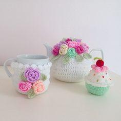 No photo description available. Crochet Cushion Cover, Crochet Cozy, Tea Cozy, Crochet Accessories, Crochet Flowers, Crochet Projects, Crochet Patterns, Decoration, Handmade