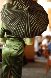 ~ umbrella or parasol? Dark Autumn, Vintage Umbrella, Brollies, Umbrellas Parasols, Under My Umbrella, Singing In The Rain, Mode Style, Shades Of Green, My Favorite Color