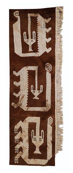 ELÉMENT D'UN MANTEAU FUNÉRAIRE À BEAU DÉCOR ZOOMORPHE  CULTURE CHANCAY  CÔTE CENTRALE DU PÉROU  1200-1400 AP. J.-C.  CHANCAY TEXTILE WITH ZOOMORPHIC DESIGNS, CENTRAL PERU