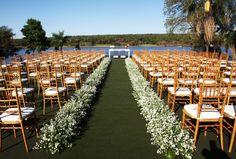 Casamento ao ar livre | Outside Wedding | Flores | Décor da cerimônia | Flores brancas | Inesquecível Casamento | Casamento | Wedding | Decoração | Decoração de Casamento | Decor | Wedding Decor | Wedding Decoration | Decoração da cerimônia | Ceremony Decoration