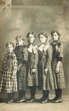 Vintage photo - sisters in a row Vintage Abbildungen, Images Vintage, Photo Vintage, Vintage Girls, Vintage Pictures, Vintage Beauty, Old Pictures, Old Photos, Vintage Outfits