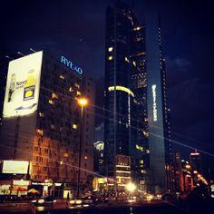Warszawa. Rondo ONZ wieczorem.