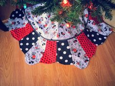 Adorable Disney Classic Mickey Mouse   Red, White U0026 Black Patchwork Tree  Skirt   38