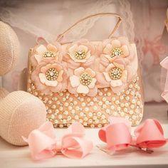 A Roana te acompanha em todos os momentos, sempre de forma delicada e harmoniosa.  Por isso, toda nossa atenção foi costurada nessa linda bolsinha, para você levar com você, a delicadeza de nossos produtos.  #roana #momentos
