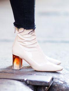 Chloé, Dior und Emilio Pucci haben in dieser Saison einige Schuhe mit Statement-Absatz kreiert, die bei Schuh-Liebhabern akute Schnappatmung auslösen. Heels sind jetzt nicht mehr Ton in Ton, sondern glänzen golden, sind mit Steinchen verziert, gemustert oder in crazy See-Through-Optik aus Plexiglas, wie bei diesem Zara-Modell.