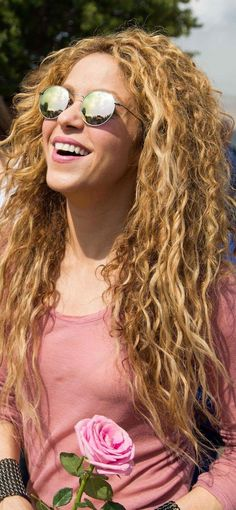 Shakira Music, Shakira Style, Shakira Hips, Curls For Long Hair, Curly Hair, Classy Girl, Curled Hairstyles, 90s Hairstyles, Clip In Hair Extensions
