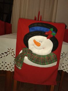 Capa de Cadeira de Natal - Boneco de Neve Christmas Crafts For Gifts, Christmas Table Decorations, Christmas Items, Christmas Snowman, Merry Christmas, Xmas, Christmas Chair Covers, Snowman Crafts, Felt Toys