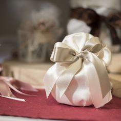 Sacchettino porta confetti con nastro doppio raso dalle tinte delicate. Ideale per matrimoni.