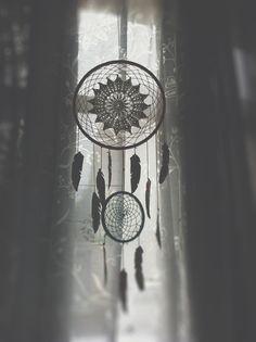 :: www.asaline.fr :: DIY Dreamcatcher napperon & plumes de papier // Doily & paper feather => http://www.asaline.fr/diy-dreamcatcher-vielles-dentelles-plumes-de-papier/