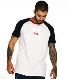CAMISETA GRIS BLOQUES Look Fashion, Men Fashion, Sportswear, Polo, Gym, Baseball, Tees, Mens Tops, T Shirt