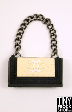 Oh how we covet Chanel! Now you can get a Chanel Boy bag for Barbie! In 3 colors with gun metal chain strap. (rubber - does not open). No longer being made. HARD TO FIND. Barbie Shoes, Doll Shoes, Barbie Clothes, Chanel Style, Chanel Fashion, Diva Dolls, Barbie Dolls, Crochet Doll Clothes, Barbie Patterns