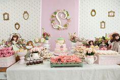 O aniversário de 3 anos da Lívia foi só para meninas! Um lindo e delicioso chá das bonecas, repleto de docinhos e detalhes bem femininos! A decoração graci