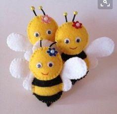 Chaveiros ou lembrancinhas, tudo manual, ótima opção de lembrancinha ou decoração. Desconto para pedidos acima de 30 unidade. Felt Ornaments Patterns, Felt Crafts Patterns, Felt Crafts Diy, Bee Crafts, Felt Diy, Easter Crafts, Fabric Crafts, Sewing Crafts, Sewing Projects