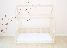 Das Kinder Traumhaus ist sowohl Hausbett zum Ausschlafen als auch ein Kinderspielhaus aus Holz zum Ausspannen. Dieses Holzhaus Bett gibt es in verschiedenen Varianten und Größen. Mit und ohne Gitter.