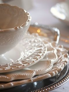 Stop at your local resale/thrift store and start mixing and matching inexpensive white dishes with interesting edges and shapes for an elegant table setting. This is fun to do and it sets a beautiful table. Kitchen Gourmet, Autumn Table, White Dishes, White Plates, Fancy Dishes, Beautiful Table Settings, Dinnerware Sets, White Dinnerware, Decoration Table