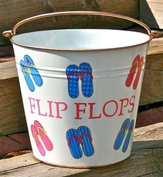 DIY Flip Flop pail - keep the sand out of your beach house. Pool Storage, Diy Storage, Storage Ideas, Outdoor Shoe Storage, Storage Caddy, Flip Flop Storage, Beach Crafts, Diy Crafts, Summer Crafts
