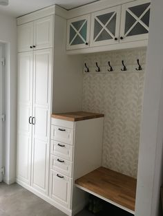 Best Free Mudroom Style The IKEA Kallax collection Storage furniture is an essential element of any home. They supply orde Mudroom Laundry Room, Laundry Room Design, Mudroom Cabinets, Home Renovation, Home Remodeling, Ikea Mud Room, Quinta Interior, Entry Closet, Home Entrance Decor