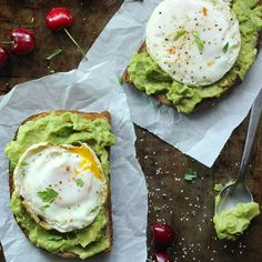 Skinny Fried Egg and Avocado Toast- The new breakfast of champions is quick to make, delicious to eat and packed with energy!