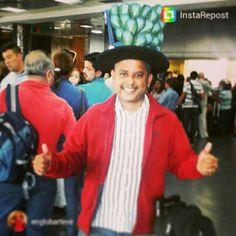 Nuestro amigo Freddy de @englobarteve cuando partía a #USA luciendo el #sombrero #pavoreal que elaboramos para su gala en el #evento que esta participando #emprendedoresexitosos #Venezuela