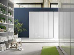 Bello fuori e spazioso dentro: armadio a battente Metal di mobilificio Santa Lucia con anta bianco lucido, gola alluminio e interno biancospino.